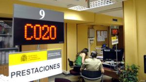 ECO26. VALLADOLID, 03/07/2012.- Fotografía tomada hoy en el interior de una oficina de empleo de Valladolid. El paro registrado en España bajó en 98.853 personas en junio respecto a mayo (el 2,10 %) y suma tres meses de caídas, con lo que el total de desempleados se situó en 4.615.269, ha informado hoy el Ministerio de Empleo y Seguridad Social. EFE/Nacho Gallego