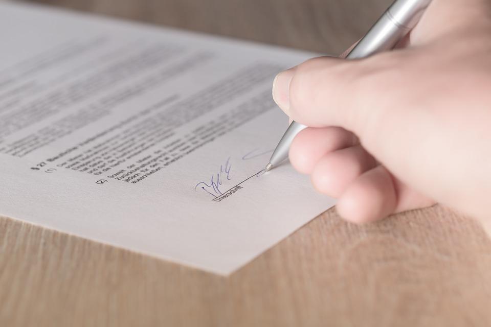 Los notarios editan materiales en inglés para explicar su labor a los extranjeros residentes en España